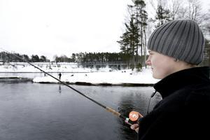 Gävlebon Hampus Hammar njuter av lugnet i Älvkarleby. Han fick en öring på lysstav.