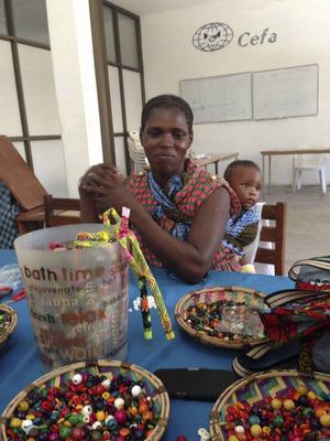 En av kvinnorna och hennes barn, i lokalen i Dar es-Salaam.