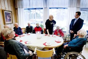 Rolf Orefjäll, 76 år, berättar för guiden Sven-Erik Lindgren om sin egen tid på Sandvik.