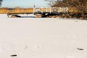 Isen har lagt sig över den plats där 42-åringens make påträffades död sommaren 2015.