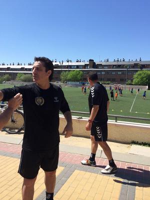 Legendarerna Paulo Futre, och Paco Buyo i bakgrunden. Två tidigare ärkerivaler som i dag driver fotbollsskola tillsammans i Madrid.