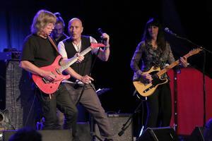 Janne Schaffer och Johan Boding lyfte Ted Gärdstand en våning till. Bakom ses Thobias Gabrielsson på bas och Barbro Lindkvist på gitarr.