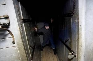 VILL BLI FRI. Carin Östlund spelar fången Olof Olsson, som kedjats fast i en tågvagn efter att ha torterat pojkar som gjort narr av honom.