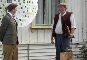 Bonden Egon Nilsson (Lars T Johansson) får ovälkommet besök med uppvaktning från kraftbolaget som vill köpa hans fors (Ricky Lundgren).