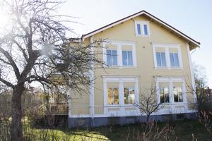 Huset är skyddat i detaljplanen och får inte göras om exteriört.