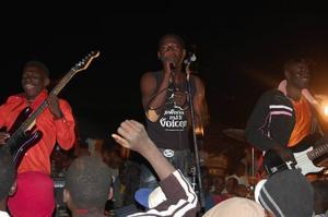 MC Talka Touré bor tidvis i Östersund, tidvis i Mali och är  en av initiativtagarna till utbytet. Här rappar han tillsammans med ett lokalt band.