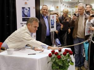 Morrissey väljer ett köpcentrum i Göteborg som enda plats i världen för boksignering när han ger ut sin självbiografi, i oktober.