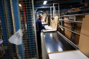 På fabriken i Brunflo är tillverkningen av spånplattor avslutad och företaget har nu riktat in sig på förädlingen av produkterna, vilket sker på fabriken i Skanderåsen.