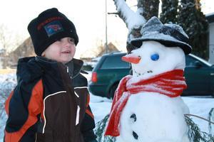 Var ute med min lillebror en av de där kalla vinterdagarna. Mamma och Zacke hade tidigare gjort en snögubbe och de ville båda nu vara med på en bild!