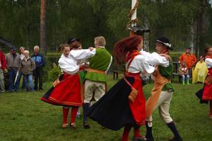 Fartfyllt. Våmhus folkdanslag underhöll med glad folkdans. Foto:Karolina Lundgren
