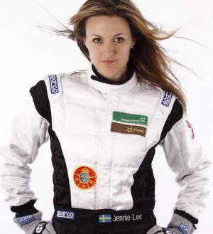 Efter att hållit en låg profil de senaste åren är Jennie-Lee Hermansson tillbaka i de större sammanhangen. På lördag kör hon SM-premiären i Sandviken.