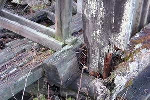 Dammen är förfallen och virket murket.