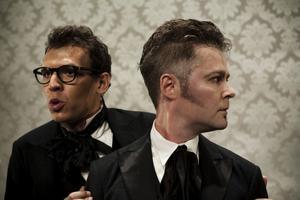 Hannes Meidal och Jens Ohlin spelar de två männen Gustav och Adolf i Riksteaterns uppsättning av Fordringsägare. Foto: Mats Bäcker