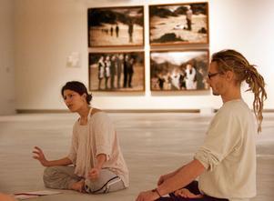 Alexandra Kambler håller yogaklass i Konstmuseets utställning.