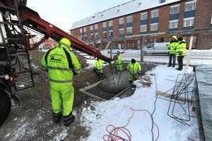 På tisdagseftermiddagen var det dags att färdigställa en betongplatta i den nygrävda gropen på Brotorget.