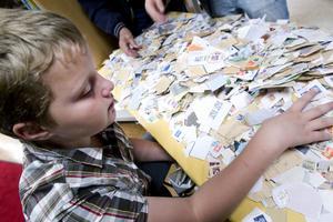 Gustaf Berglund fick välja och vraka bland frimärkena på plockbordet.