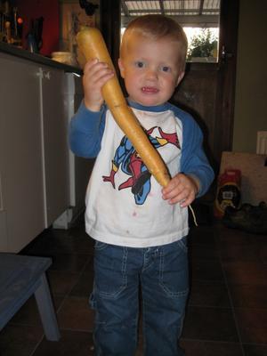 Storebror André hade ett brett leende på munnen när han hade fyndat i landet till lillebror Anton (på bilden).