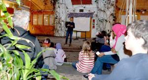 Ljusgården på Torvallaskolan var full av intresserade elever och lärare när Gustav Fridolin besökte skolan.