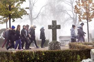 Sexans elever vid Västra skolan hade temadag om döden, och besökte kyrkogården.