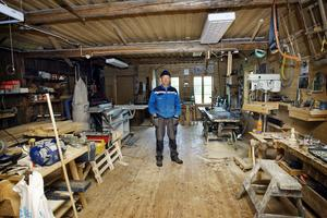 9. I en oisolerad träbyggnad tillverkade Erik Bergqvist sina båtar. Kanske det är Eriks såg som hänger kvar än i dag på väggen.