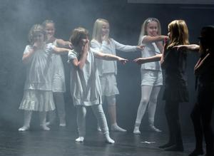 Elever från Stugsunds årskurs 2-3 tog sig an den tuffa låten Black or white.