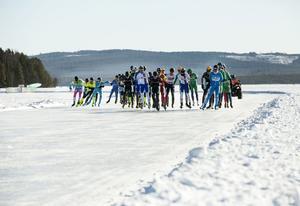 I Holland finns 38 inomhusbanor och 50 tävlingar per år. Långfärdsskridskor är också en populär publiksport i Holland och ett filmteam är med i Falun och sänder live från tävlingarna på Runn.