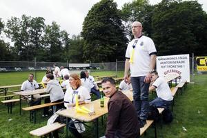 I väntan på matchstart. Jonas Andersson, Åsa Karlsson och Lars-Åke Karlsson väntade på avmarsch mot Strömvallen vid ett av restaurangborden.