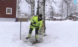 Jörgen Unander från Mittsverige Vatten letar avstängningsventiler.