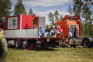 Några åskådare tittade på tävlingarna från en egen lastbil.