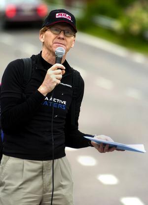 Rapporterade. Göran Tallroth var snabbt på plats vid starten, efter halva sträckan av loppet samt vid mållinjen för att berätta om tider, åkare med mera. Foto:Jan Dalevall