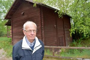 Hans Hellström framför byggnaden, som ska säljas för nedmontering och bortforsling.
