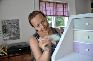 Handarbete. Ingela Sohls gillar att jobba med händerna, här får en liten sekretär ny färg.Foto: Thomas Eriksson