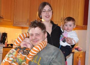 Emil Dahlgren tillsammans med sambo Sandra Bergvall och barnen Vilma, 1, och Edvin, 3 år.