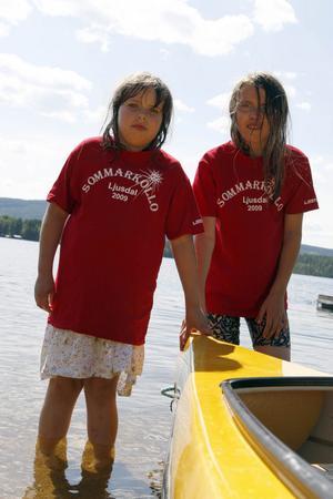 Åttaåriga Josefine och elvaåriga Christina var sugna att prova på den gula kanoten på Sturmsgården.