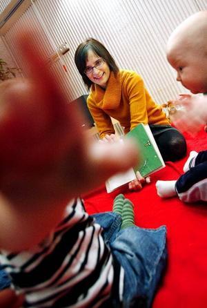 Åsa Andersson läser sagorna och får många reaktioner från barnen.