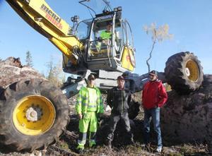 Sune Larsson rattade grävaren samtidigt som hans kollega Mats Larsson berättade om finesserna med denna för Kjell Hedberg och Ingemar Mäkitalo, Stora Enso.