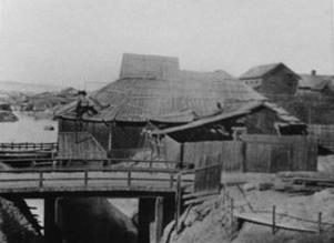 Herrhyttan, vid Hanröbrons historia kan spåras tillbaka till 1630-talet, då kanonfabrikören Peter Cahun fick disponera bl. a. Svärdsjöhyttan vid Hanröbron för kanongjutningen. Ett av hyttans vattenhjul drev den s. k. borrvinden, vilket gjorde att hyttan sedan kallades Borwinshyttan. Tvåhundra år senare sammanslogs den med en annan hytta och de fick det gemensamma namnet Herrhyttan. Den var Faluns sista kopparhytta, nedlagd 1878 och revs på 1880-talet.