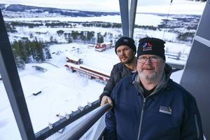 I och kring skidstadion i Östersund byggs en spektakulär rallybana inför SM-evenemanget. Tobias Hising och Jocke Hestner, utlovar publiken en sevärd afton när rallyeliten kommer mangrant.