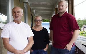 Kennteh Hörnell, Anna Vesterlund och Peter Hörnell utanför Hörnells butik i Överhörnäs som stänger på torsdag.