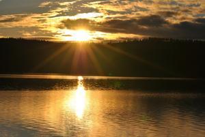 Hittade denna bild som är tagen i Dalarna, sommaren 2010. När man ser vattnet och solen så längtar man bara ännu mer till nästa sommar!