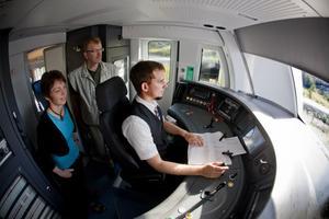 Här är lokföraren Pontus Karlssons arbetsmiljö i Coradia Nordic XC62 som ska trafikera Ådalsbanan med start den 1 augusti. Det påminner om miljön i en flygplanscockpit.
