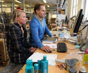 Ungefär 5000 paket med hårvård lämnar i dag Lyko i Vansbro per månad och inget tyder på att Sanne Larsson, anställd, och Rickard Lyko ska få mindre att göra. Foto:Sven Thomsen