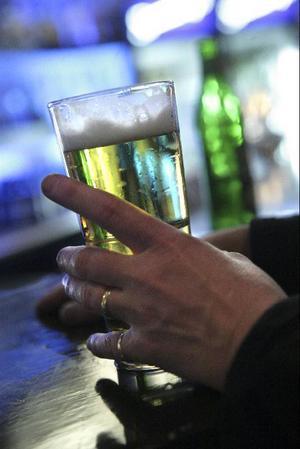 Överallt – på restaurangen, after worken, krogen, festen, middagen – överallt serveras alkohol.Foto: SCANPIX