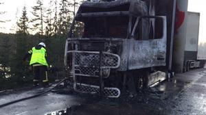 Lastbilen förstördes vid branden.