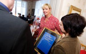 Fia Gullikssson, entreprenör och gastronom, fick länets första Nobelpris i entreprenörskap. Instiftare till priset är Per Åsling och Carina Zetterström, c. Foto: Håkan Luthman