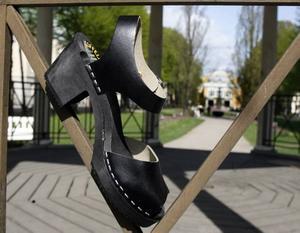 Svarta sköna damskor med klack och spännrem, som man kan använda på fest. Finns på Walk On skobutiken och kommer från Torpartoffeln, 299 kronor.
