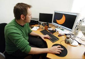 Halva tiden för att få till bra bilder tillbringar Göran vid datorn. Ibland måste han lägga flera tagningar på varandra.   Foto: Jan Andersson