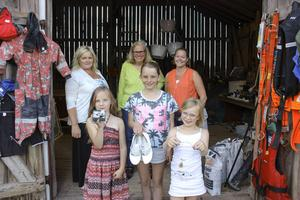 Titta vad vi har att sälja, visar Angelina Jansson, Amanda Eriksson och Matilda Eriksson i Dalkarlsbo. Bakom dem Anna-Karin Wikman, Kerstin Elg och Caroline Eriksson.