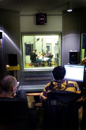 Stort gäng. Det är nästan 20 personer som arbetar tillsammans med stråkdelen av filmmusiken till Ett öga rött. I efterhand läggs trummor och sång på. Filmen har biopremiär i september. Foto: ANNA KLINTASP