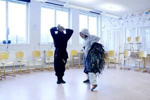 Klas Lagerlund och Rita Lemivaara är två av skådespelarna från teatern Unga Klara.